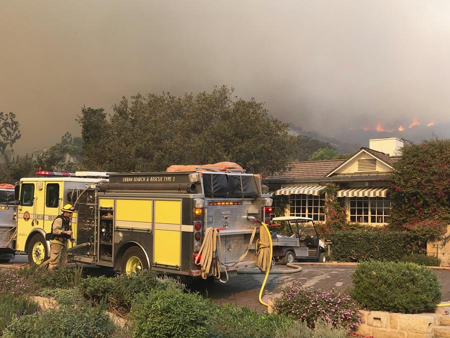 En esta imagen proporcionada por el Departamento de Bomberos del condado Santa Barbara, camiones de bomberos brindan protección a estructuras en el histórico San Ysidro Ranch en Montecito, California.