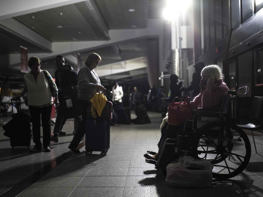 Pasajeros varados en el aeropuerto de Atlanta durante el apagón.