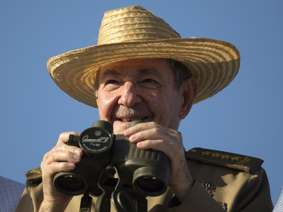 Raul Castro observa un desfile el pasado 1 de mayo en La Habana.