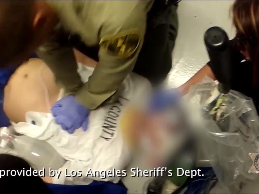 Policía y paramédicos resucitan a recluso