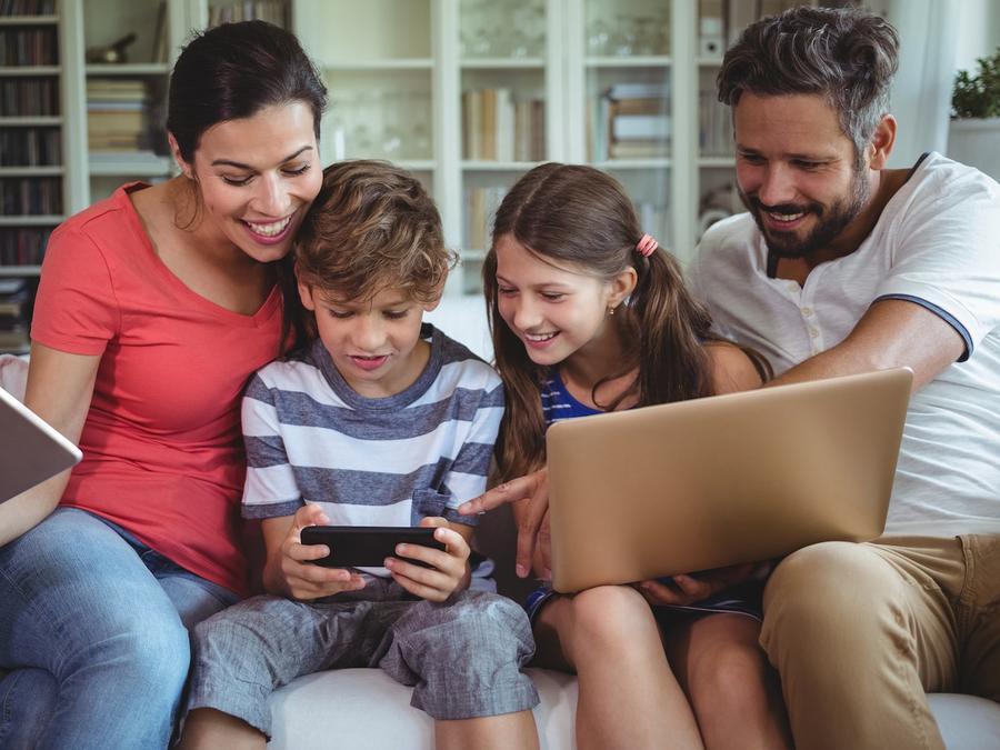 Familia usando dispositivos electrónicos