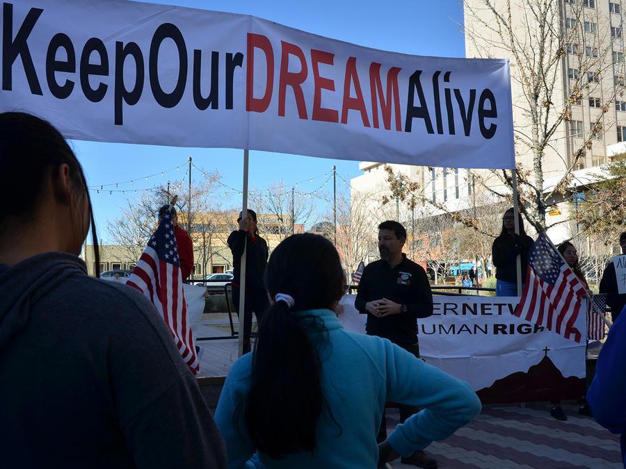 """Manifestación en El Paso, Texas, el 13 de enero de 2018, para protestar en contra de la desprotección legal de los """"soñadores""""."""