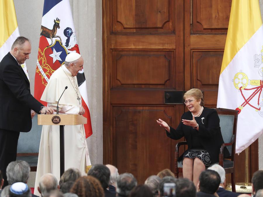 El papa Francisco y la presidenta de Chile, Michelle Bachelet, en el palacio presidencial La Moneda en Santiago, Chile.