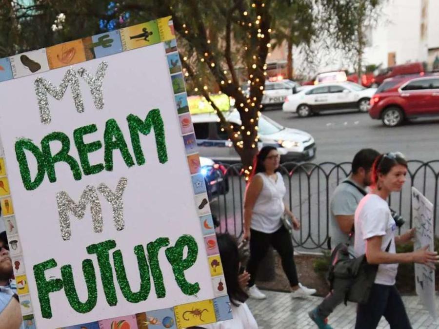 """Los """"Dreamers"""" no podrán ser deportados, tras orden de juez."""