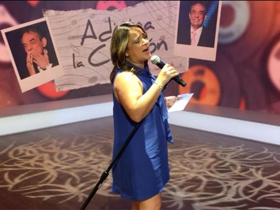 Adamari López cantando
