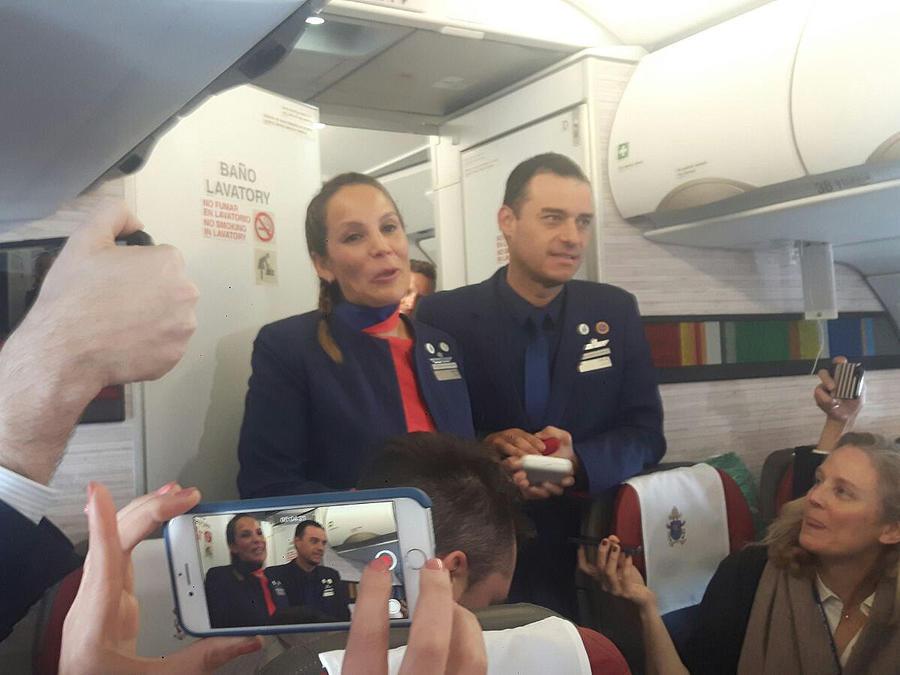 El papa casó a dos miembros de la tripulación en el avión hacia Iquique