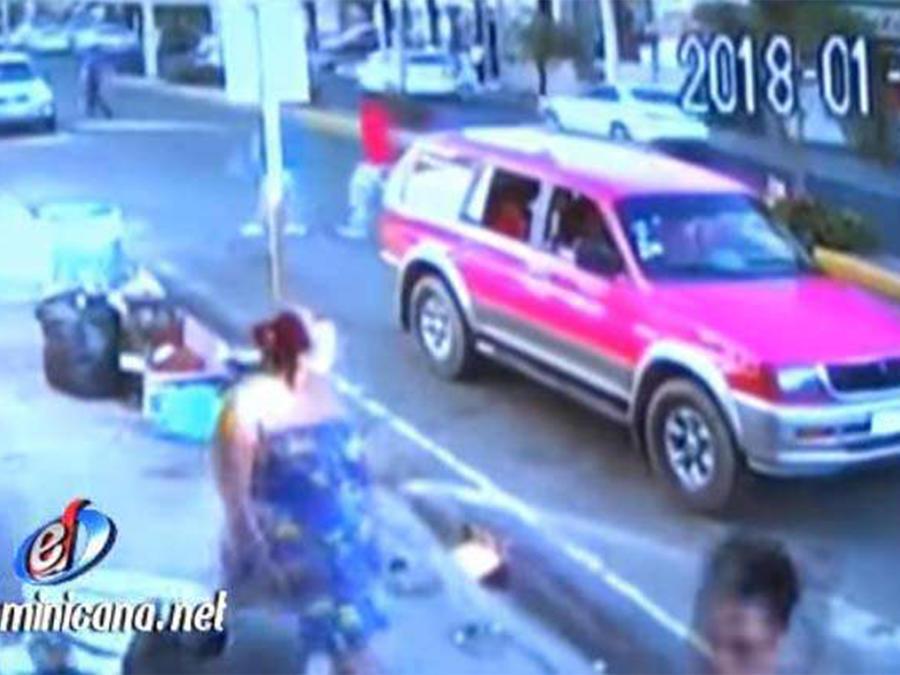 Una mujer fue captada lanzando un feto en la basura