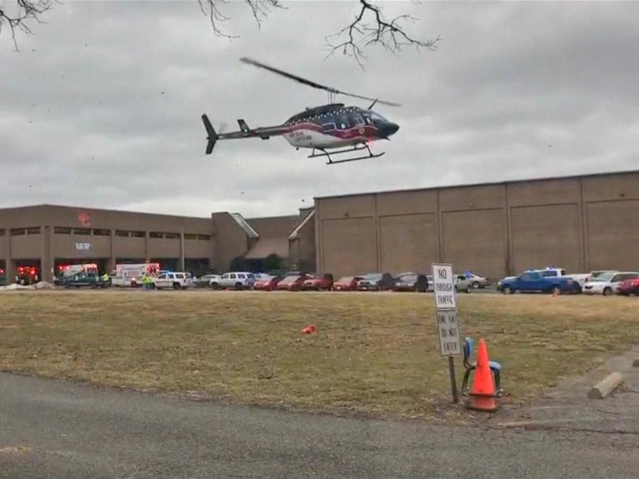 Un helicóptero vuela la zona donde se produjo tiroteo mortal en una secundaria de Kentucky