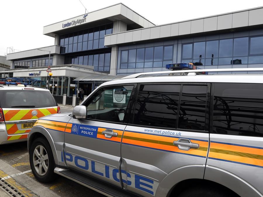 Coches de la policia fuera del aeropuerto de London City.