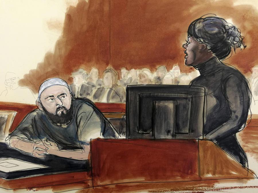 Pauline Nelson habla frente Ahmad Khan Rahimi en un dibujo de lo sucedido este martes en la corte.