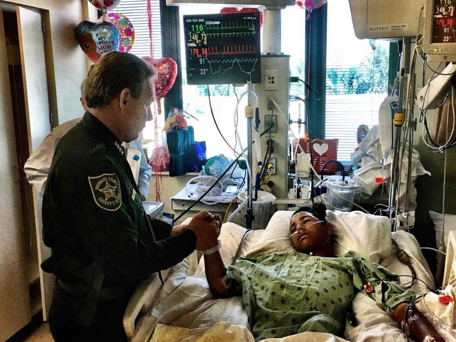 El sheriff Scott Israel coge la mano de Anthony Borges, de 15 años, uno de los estudiantes heridos en el tiroteo de Parkland.