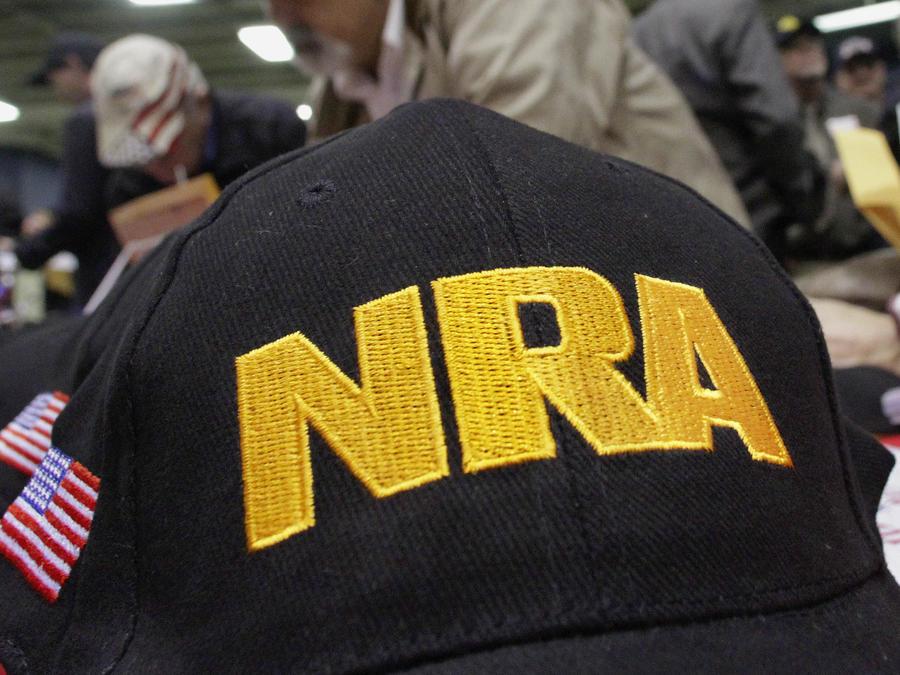 Gorra con las iniciales de la Asociación Nacional del Rifle