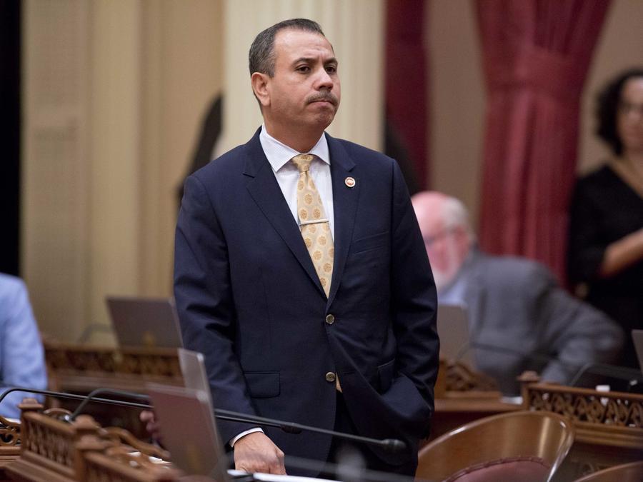 El senador Tony Mendoza, D-Artesia, se para en su escritorio después de anunciar que tomará un permiso de ausencia mientras se completa una investigación sobre acusaciones de mala conducta sexual.