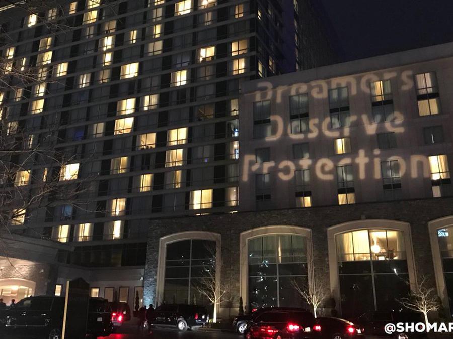 Mensaje a favor de los dreamers proyectado el viernes 23 de febrero de 2018, desde el hotel al otro lado de la calle del 'Gaylord National Resort & Convention Center', donde se  lleva a cabo la Convención Conservadora