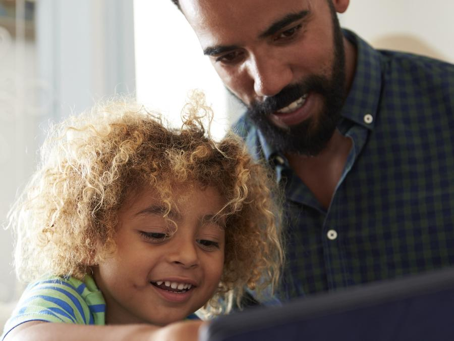 Padre e hijo usando tableta juntos