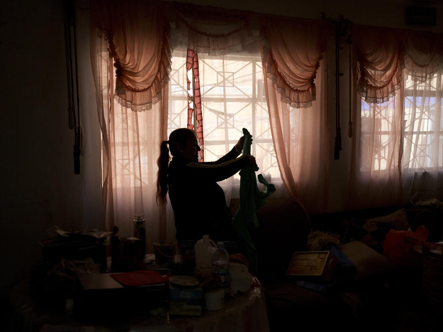 Luz María Álvarez López, de 51 años, recupera ropa de su apartamento dentro del edificio dañado en el número 18 de la calle Independencia en la Ciudad de México.
