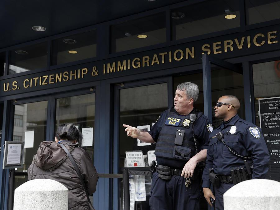 Dos oficiales frente a las oficinas del Servicio de Inmigración y Control de Aduanas, en San Francisco, el 28 de febrero de 2018.