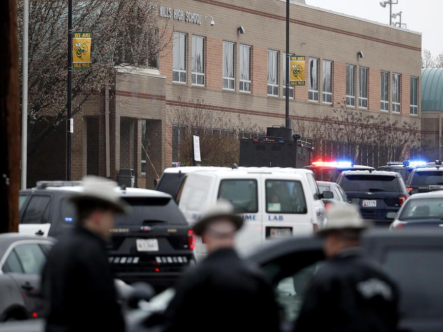 Oficiales y agentes federales en las afueras de la escuela secundaria Great Mills en el condado de St. Mary, Maryland, en donde este martes tres personas resultaron heridas en un tiroteo.