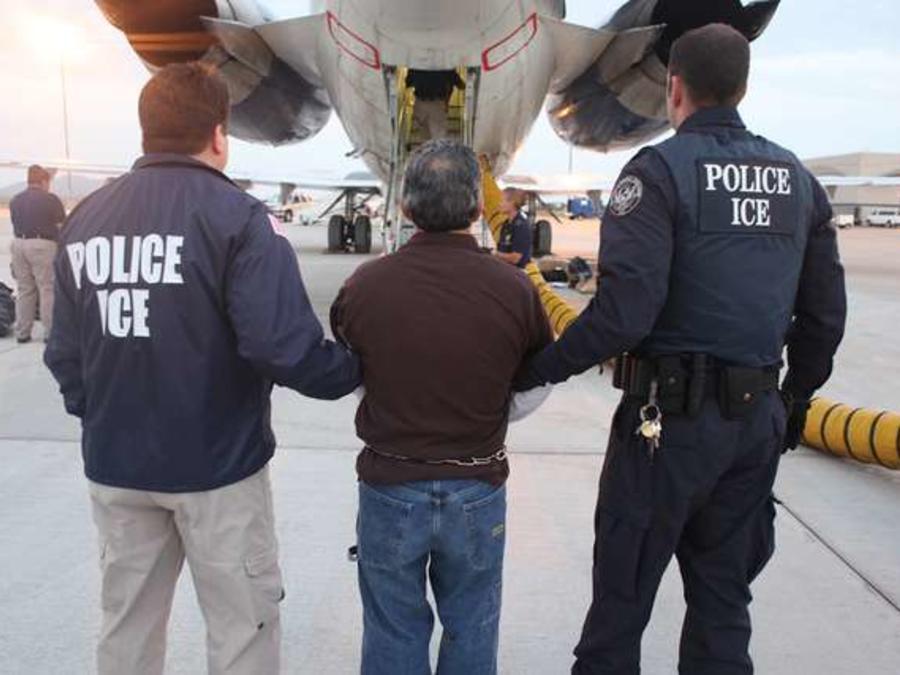 La nueva táctica de convertir en prisioneros federales a inmigrantes en carceles estatales no permite su detención por tiempo extra para que ICE los recoja, dictó juez en Colorado