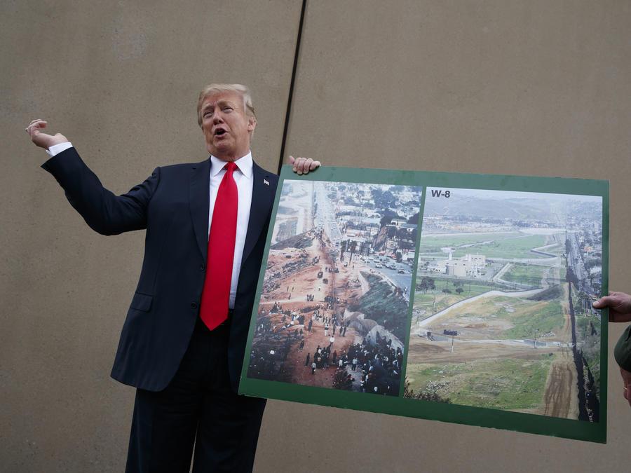 Trump, con los prototipos de muro fronterizo en San Diego el 13 de marzo.