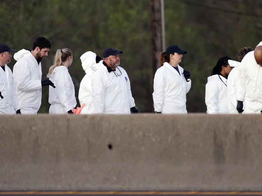Oficiales inspeccionan la escena en donde el autor de los ataques con bomba en Austin se inmoló cuando fue acorralado por la policía en Round Rock, Texas.
