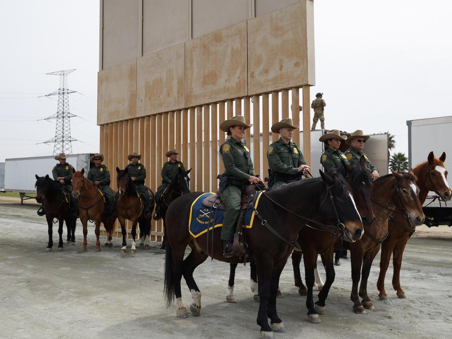 Agentes de la patrulla fronteriza ante un prototipo del muro, el 13 de marzo de 2017.
