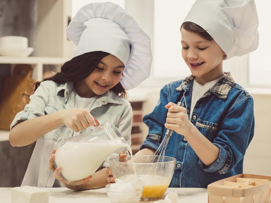 Dos niños cocinando juntos