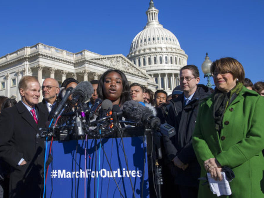 Antiqua Flint, estudiante del Minneapolis South High School, rodeada por los los senadores Bill Nelson, Ted Deutch y Amy Klobuchar habla en en Washington un día antes de la Marcha Por Nuestras Vidas convocada tras la masacre en Parkland, Florida.