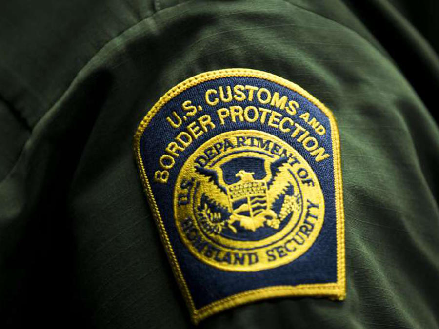 El escudo de la Patrulla en el uniforme de un agente