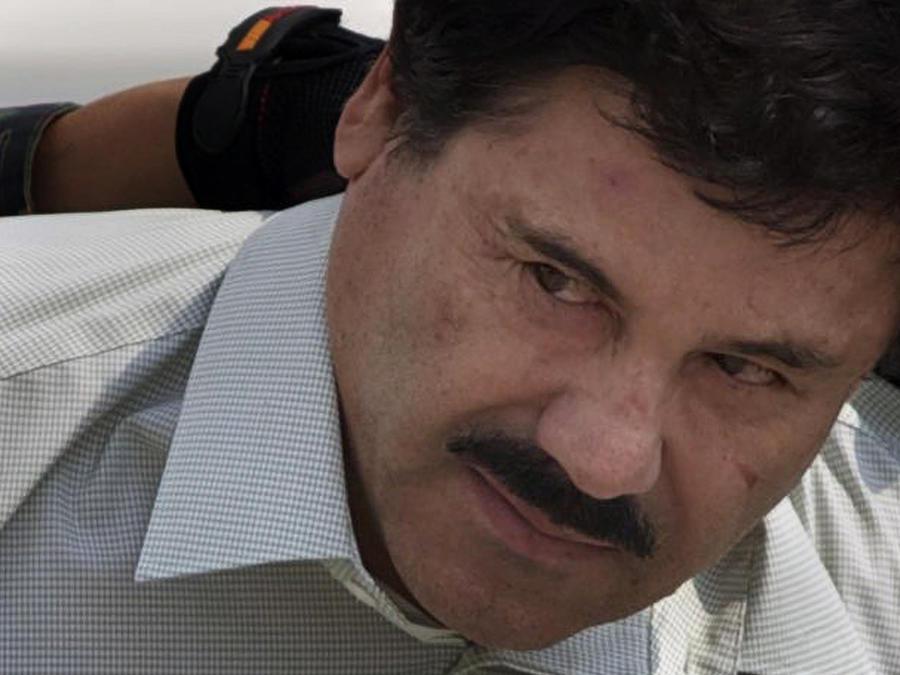 El Chapo, escoltado por marines mexicanos en la Ciudad de México antes de su extradición a Estados Unidos.