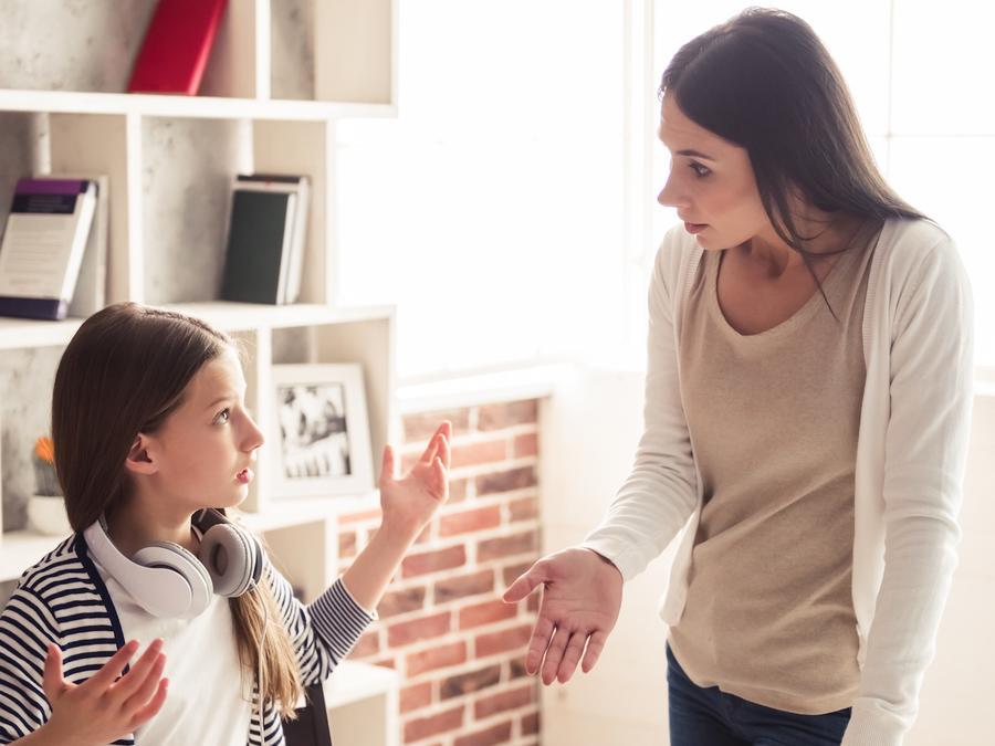 Madre e hija discutiendo