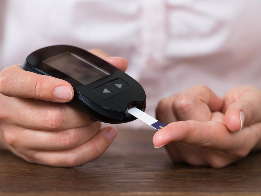 Mujer realizándose prueba de glucosa