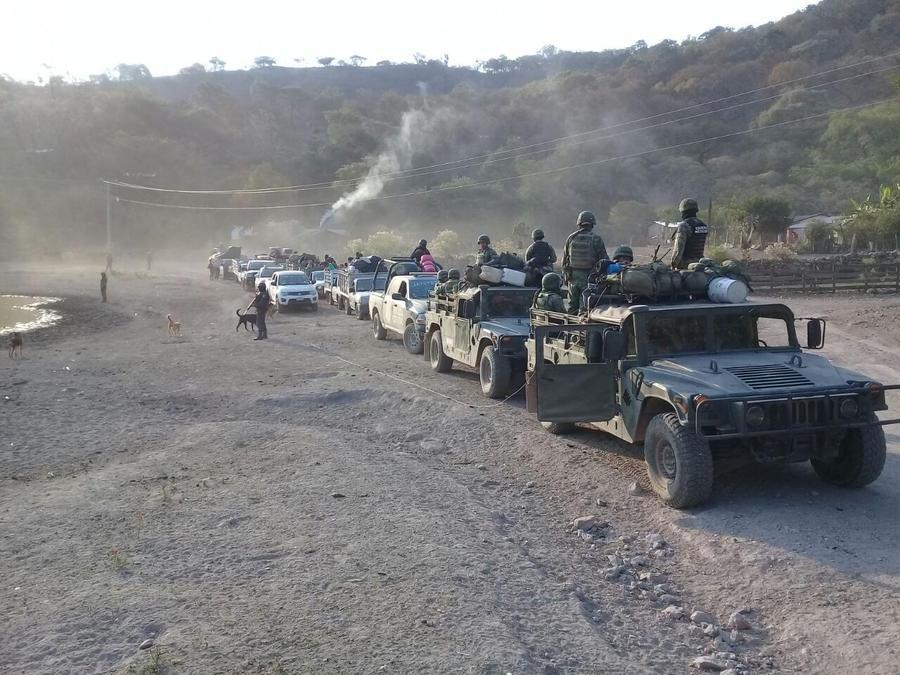 Elementos del Ejército Mexicano  custodian a un grupo de pobladores de varias comunidades del municipio de San Miguel Totolapan, Guerrero este miércoles.