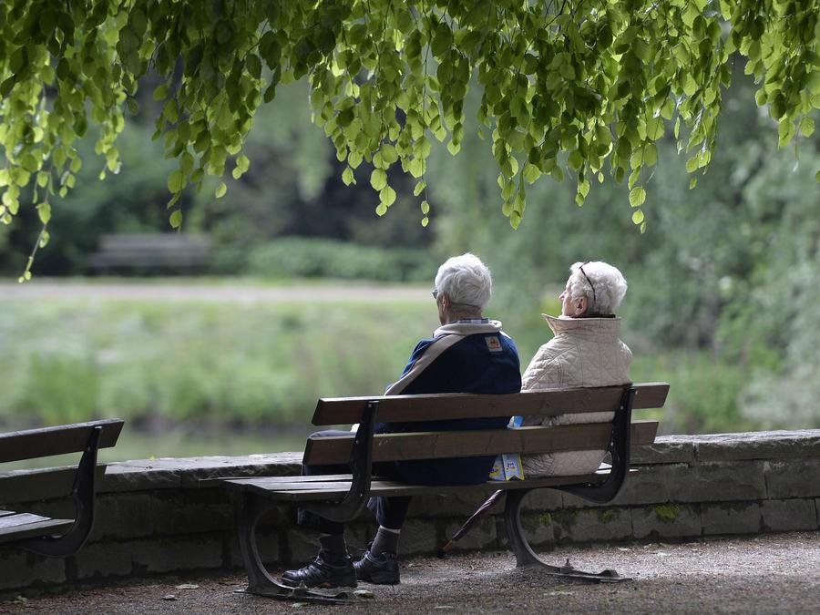 Dos personas mayores en una foto de archivo del 14 de mayo de 2014.