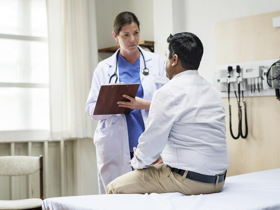 Médica hablando con paciente