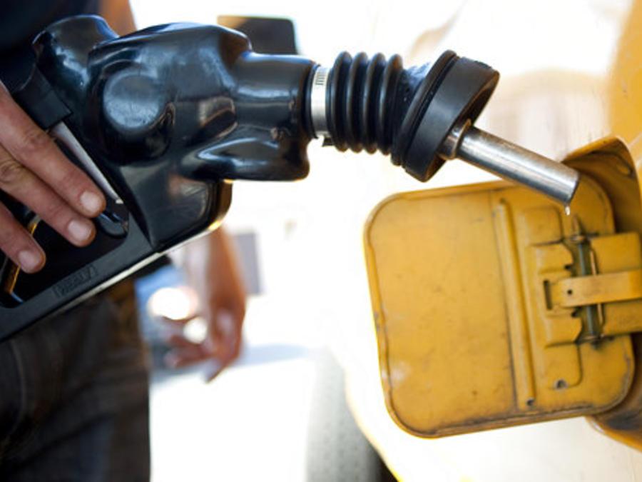 Una persona pone gasolina en una estación de Los Angeles, California. Foto de archivo.