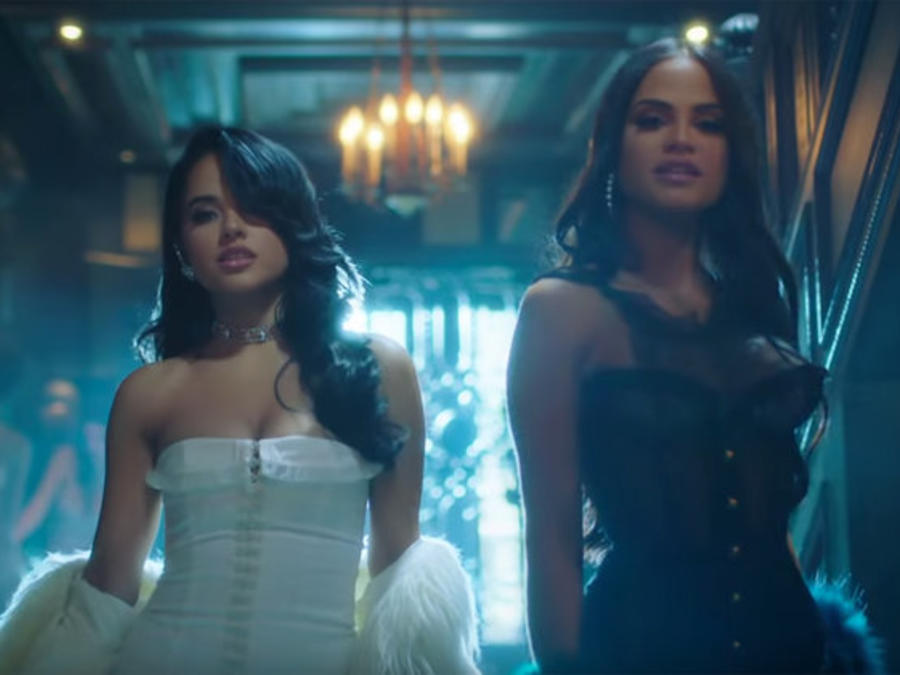 Becky G and Natti Natasha en el video Sin Pijama