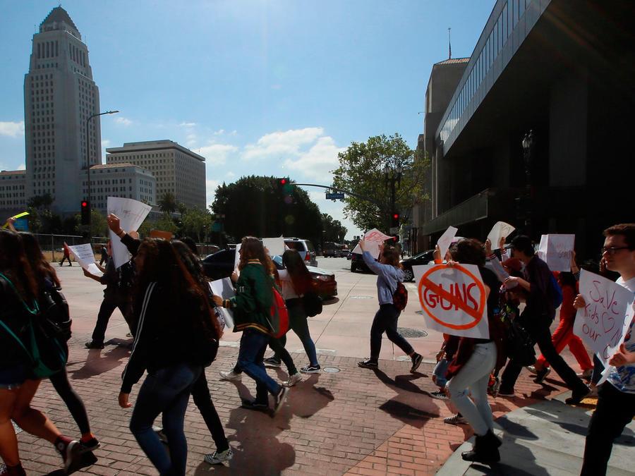 Estudiantes marchas en Los Angeles en favor del control de armas