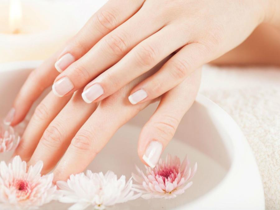 Manos con uñas lindas