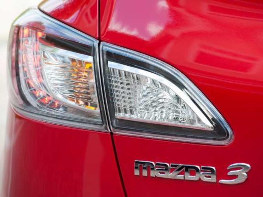 Una de las características principales del Mazda3 es su luz trasera.