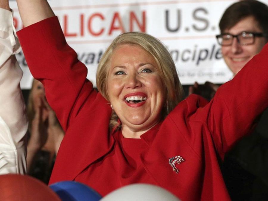 La candidata republicana Debbie Lesko celebra su victoria en Arizona el 24 de abril de 2018.