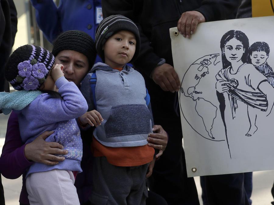 Familias afuera de una corte en San Francisco, California, el 12 de marzo de 2018.