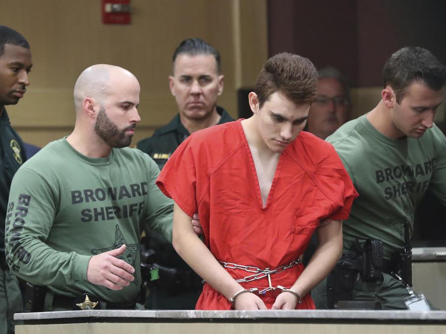 Nikolas Cruz, escoltado por la policía durante su comparecencia ante el juez el 14 de marzo.