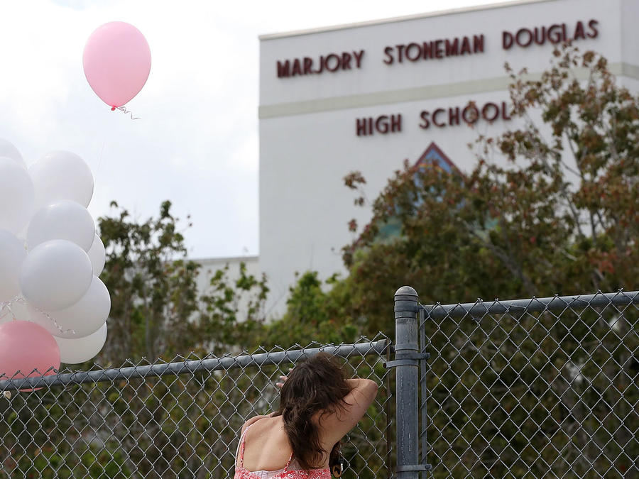 Chica joven frente a la escuela Marjory Stoneman Douglas