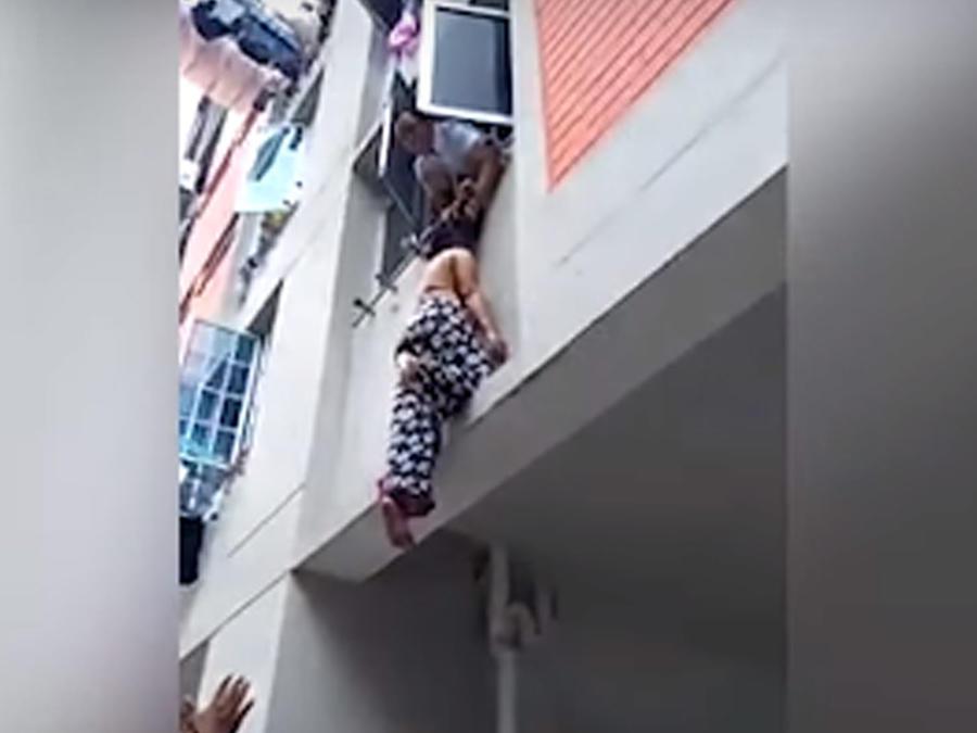 Mujer cae de edificio