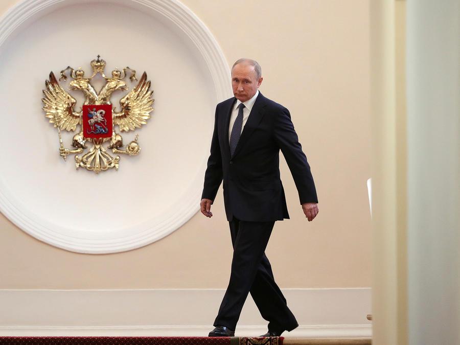 El presidente ruso, Vladimir Putin, camina hacia la ceremonia de inauguración en el Kremlin (Moscú).