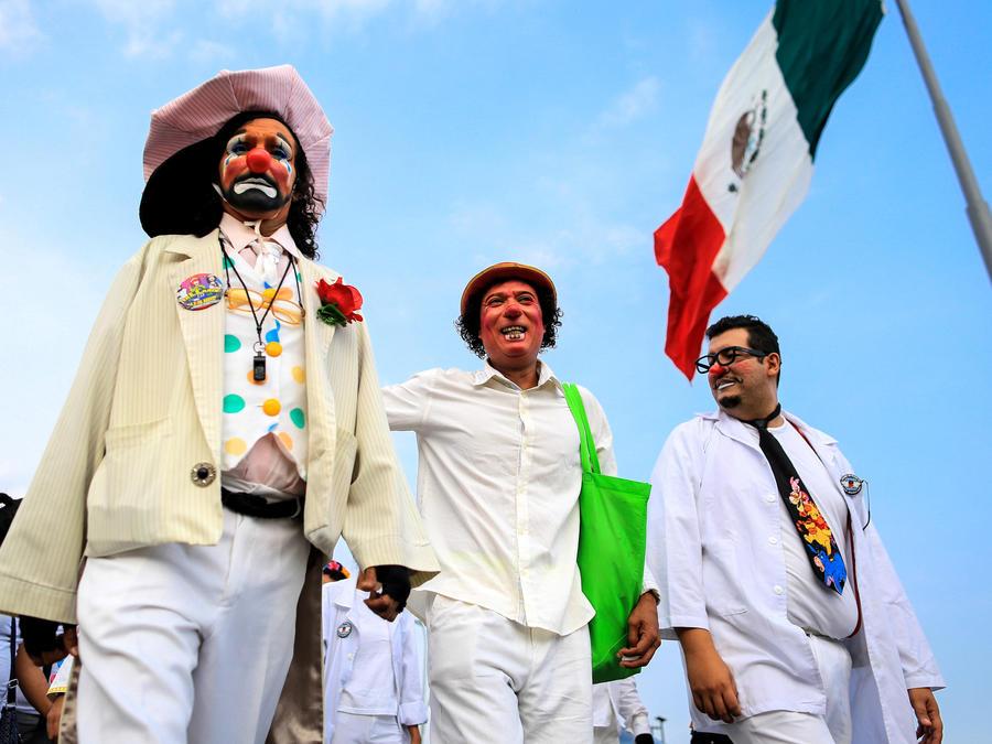 Personas disfrazados de payasos protestan este lunes 7 de mayo de 2018, por las principales avenidas el Acapulco, Guerrero.