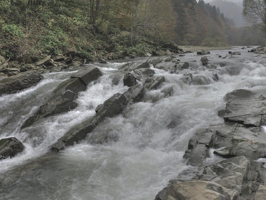 Los amigos del jove de 24 años lo vieron caer por la cascada de 50 pies de longitud. (Fotografía ilustrativa de una cascada)