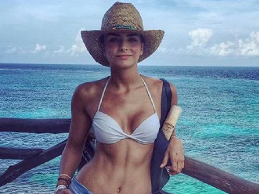 Aislinn Derbez en bikini