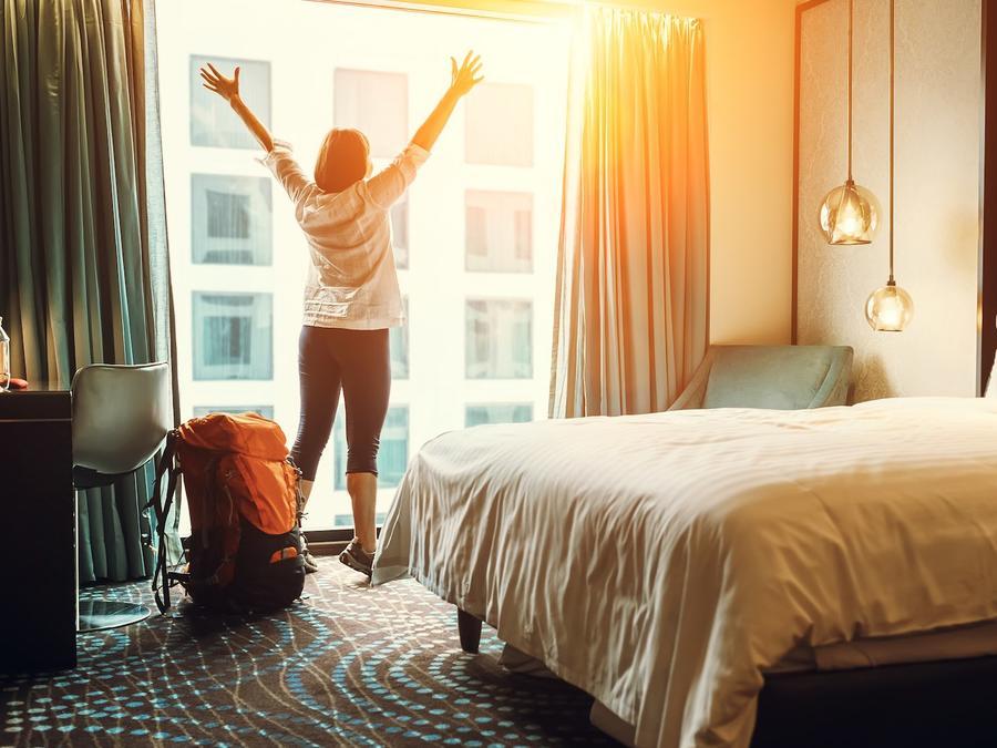 Mujer contenta en hotel